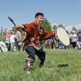 堪察加跳舞的衣裳土著人民的人与小手鼓的 库存图片