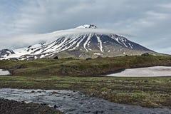 堪察加风景:山小河和长圆形Zimina火山 库存照片