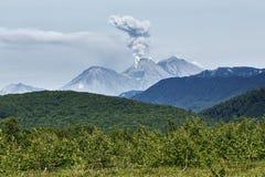 堪察加风景:爆发活跃茹帕诺夫斯基火山火山 免版税库存图片