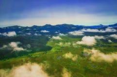 堪察加 松鸡爱本质歌曲通配木头 绿色领域和火山 从直升机的视图 库存图片