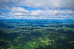 堪察加 绿色领域和火山 松鸡爱本质歌曲通配木头 免版税库存图片