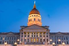 堪萨斯国家资本大厦在晚上 免版税库存照片
