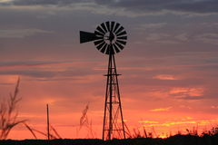 堪萨斯橙色天空风车剪影 库存图片