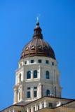 堪萨斯状态国会大厦大厦圆顶在一个晴天 免版税库存图片
