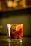 堪蓓莉开胃酒桔子汽水在酒吧的鸡尾酒饮料 免版税库存图片