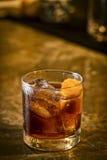 堪蓓莉开胃酒桔子汽水在酒吧的鸡尾酒饮料 库存图片