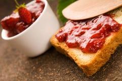 堵塞通配草莓的多士 免版税库存照片