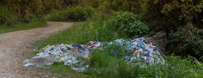 塑料、垃圾和垃圾在农村中国 库存图片