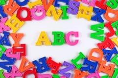 塑料上色了字母表在白色的信件ABC 库存图片