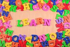 塑料五颜六色的信件写的Learn 免版税库存照片