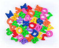 塑料五颜六色的字母表信件堆在白色的 库存图片