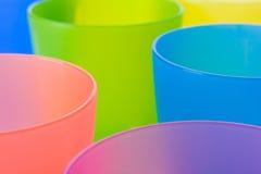 塑料五颜六色的杯子 免版税库存照片