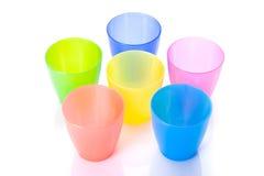 塑料五颜六色的杯子 免版税库存图片
