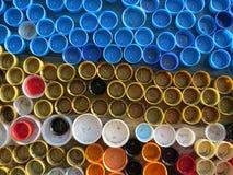 塑料五颜六色的瓶盖背景  与塑料废物的污秽 环境和生态平衡 从破烂物的艺术 库存图片