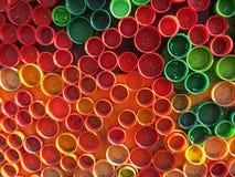 塑料五颜六色的瓶盖背景  与塑料废物的污秽 环境和生态平衡 从破烂物的艺术 图库摄影