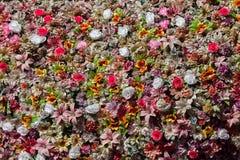塑料五颜六色的花 木背景详细资料老纹理的视窗 图库摄影