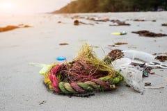 塑料使用了绳索是在海滩的垃圾 库存图片