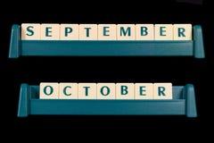 塑料信件瓦片 词包括9月和10月 免版税库存照片