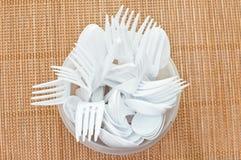 塑料匙子和叉子 免版税库存照片