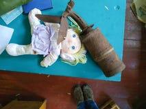 塑料可怕烫伤在堆的玩偶土 库存照片