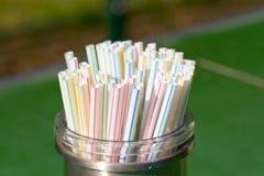 塑料喝在容器的秸杆在咖啡馆 免版税图库摄影