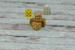 塑料在白色木表上切成小方块:赌博的题材 免版税图库摄影