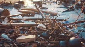 塑料在黑海滩倾销的瓶和其他垃圾 危机生态学环境照片污染 股票视频