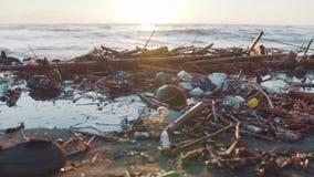 塑料在黑海滩倾销的瓶和其他垃圾 危机生态学环境照片污染 股票录像