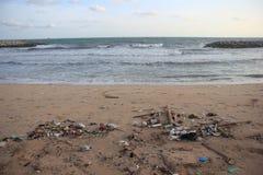 塑料垃圾、泡沫和肮脏的废物在海滩在夏日 免版税库存图片
