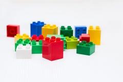 塑料多彩多姿的玩具砖白色背景 库存图片