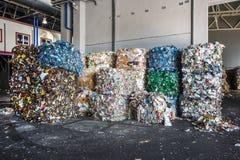 塑料大包在废料治理加工设备的垃圾 回收垃圾separatee和存贮的进一步处置 免版税库存图片