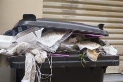 塑料大型垃圾桶,垃圾 库存图片