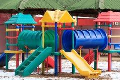 塑料室外孩子操场在冬天 库存照片