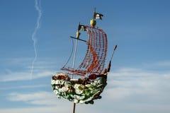 从塑料小块的海盗船 回收和废减少想法  图库摄影