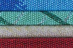 塑料小珠五颜六色的背景以各种各样的颜色和形状 免版税库存照片