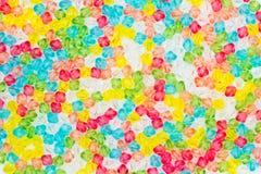 从塑料小珠的五颜六色的背景。 免版税库存照片