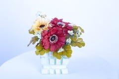 塑料开花在花瓶的装饰 免版税库存照片