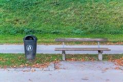 塑料拉圾箱在公园 免版税库存图片