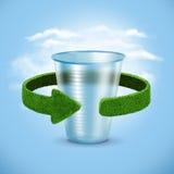 塑料杯 与绿色箭头的概念从草 回收概念 免版税库存照片
