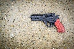 塑料枪在雨中 库存照片