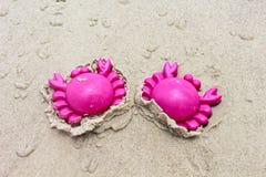 塑料桃红色螃蟹沙子玩具 图库摄影