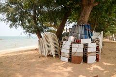 塑料椅子和桌和伞有盒小组,当forc 免版税库存照片