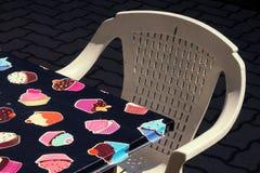 塑料椅子和桌 免版税库存照片
