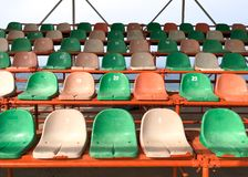 塑料椅子在体育场内 库存照片