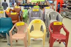 塑料椅子待售在超级市场 库存照片