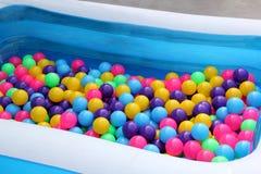 塑料水池球党五颜六色为了孩子能打球在水公园,五颜六色的球塑料抽象背景样式戏弄球 库存照片