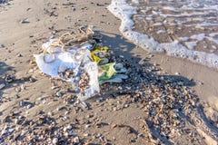 塑料污染在海洋,被洗涤对岸 库存照片