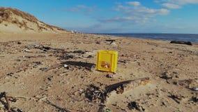 塑料污染在海滩和在海洋 垃圾鸟瞰图在海岸的 股票视频