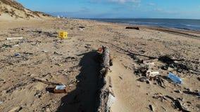 塑料污染在海滩和在海洋 垃圾鸟瞰图在海岸的 股票录像