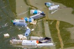 塑料污染在水中 库存图片